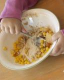 dziecko jeść jedzenia miski zdjęcia royalty free