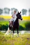 Dziecko jeździecki koń w łące Obraz Royalty Free