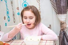 Dziecko je Chińskich kluski z chopsticks obraz royalty free