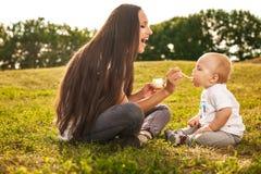 Dziecko je outdoors Zdjęcie Stock