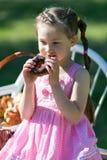 Dziecko je słodkiego pączek zdjęcie royalty free