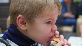 Dziecko je scone z kurczakiem w fast food restauraci zdjęcie wideo