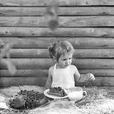 Dziecko je tort Chłopiec je owoc tort Obrazy Stock