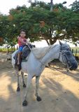 Dziecko jedzie konia obraz stock