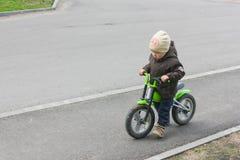 Dziecko jedzie rower bez następu Troszkę uczy się chłopiec Zdjęcie Royalty Free