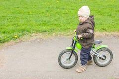 Dziecko jedzie rower bez następu Troszkę uczy się chłopiec Fotografia Royalty Free