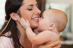 dziecko jej macierzysty cukierki Zdjęcia Stock