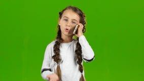 Dziecko jest na telefonie zielony ekran zbiory wideo