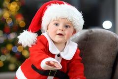Dziecko jest ubranym Santa kostium w domu obraz royalty free