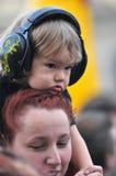 Dziecko jest ubranym uszatą mufkę dla dzieciaków podczas koncerta Obraz Royalty Free