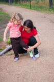 dziecko kładzenie jej macierzysty but Fotografia Stock