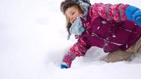 Dziecko kłama w śniegu, zim gry zdjęcie wideo