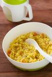 Dziecko karmowi ryż z warzywami obrazy royalty free