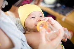 Dziecko karmy mleko Zdjęcia Royalty Free