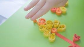 Dziecko klei kędzierzawego papier w ślimaczka kształcie zdjęcie wideo