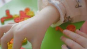 Dziecko klei kędzierzawego papier w liścia kształcie zbiory