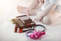 Dziecko klika dalej kalkulatora klucz, kredytowe karty, biały tła dzieciństwo zdjęcie stock
