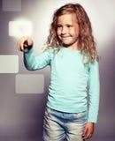 dziecko klika pokazu ekran obraz royalty free