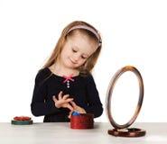 Dziecko kosmetyki. Małej dziewczynki stosować uzupełniał. zdjęcia royalty free