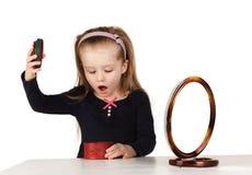 Dziecko kosmetyki. Małej dziewczynki stosować uzupełniał. Obrazy Royalty Free