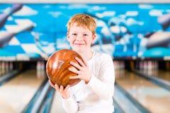 Dziecko kręgle z piłką Zdjęcia Royalty Free