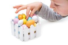 Dziecko kraść Wielkanocnych jajka Zdjęcie Stock