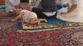 Dziecko kraule na Fours na dywanie panną młodą Tęsk Ślubna suknia zdjęcie wideo