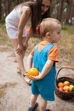Dziecko kryjówki pomarańczowy rodzinny pykniczny pojęcie zdjęcia stock