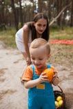 Dziecko kryjówki pomarańczowy rodzinny pykniczny pojęcie obraz royalty free