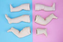 Dziecko lali głowa, ręki, twarzy części na błękicie i menchii tło -, Fotografia Stock