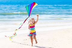 Dziecko latająca kania na tropikalnej plaży Obraz Stock