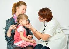 dziecko lekarka egzamininuje Obraz Royalty Free