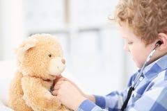 Dziecko lekarka Sprawdza misia bicie serca Fotografia Stock