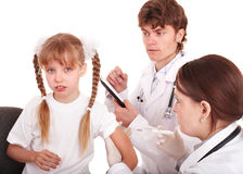 dziecko lekarka wstrzykuje oczkowanie Obrazy Stock