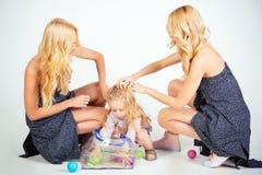 Dziecko mała chłopiec i bliźniak kobiety, krewni zdjęcie royalty free