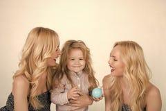 Dziecko mała chłopiec i bliźniak kobiety, krewni Miłość, szczęście, wychowywa zdjęcia royalty free