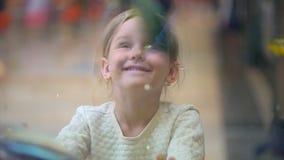 Dziecko, małej dziewczynki dopatrywanie, Patrzeje Łowi w akwarium w centrum handlowym Zwierzę domowe sklep Dziewczyn spojrzenia p zbiory