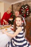 Dziecko ma Bożenarodzeniowego gość restauracji z dziadkami Fotografia Royalty Free
