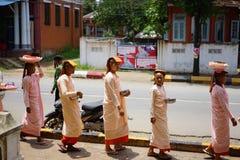 Dziecko magdalenki w Myanmar Birma z jego rodzinnym odtransportowaniem dobrym obrazy royalty free