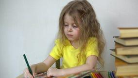Dziecko maluje z porad piórami w specjalnym notatniku zdjęcie wideo