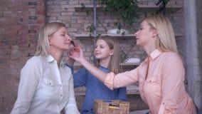 Dziecko-matko, piękne córki robią to dla modnej mamy i stawiają kosmetyki przed oczami zdjęcie wideo