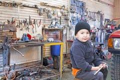 Dziecko mechanik pracuje w warsztacie obrazy royalty free