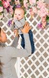 dziecko mienie jej matka Mama bawić się z roześmianym dzieciakiem dom rodzinny wizerunku jpg wektor Zdjęcia Stock