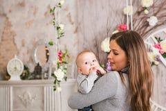 dziecko mienie jej matka Mama bawić się z roześmianym dzieciakiem dom rodzinny wizerunku jpg wektor Zdjęcie Royalty Free