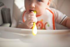 Dziecko 6 miesięcy starzy i on pierwszy raz próbuje jarzynowego kabaczka Obrazy Stock