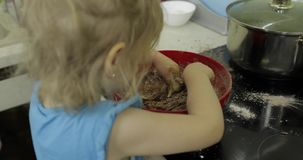 Dziecko miesza czekoladowego ciasto, dziewczyna robi tortowi w kuchni zbiory wideo