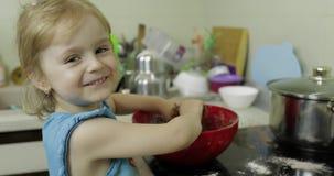 Dziecko miesza czekoladowego ciasto, dziewczyna robi tortowi w kuchni zdjęcie wideo