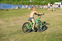 Dziecko na bicyklu przy asfaltową drogą w lato rowerze w parku - Rosja Berezniki 21 2018 Lipiec zdjęcie stock