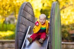Dziecko na boisku w jesieni Dzieciaki w spadku obraz royalty free