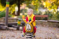 Dziecko na boisku w jesieni Dzieciaki w spadku obrazy royalty free